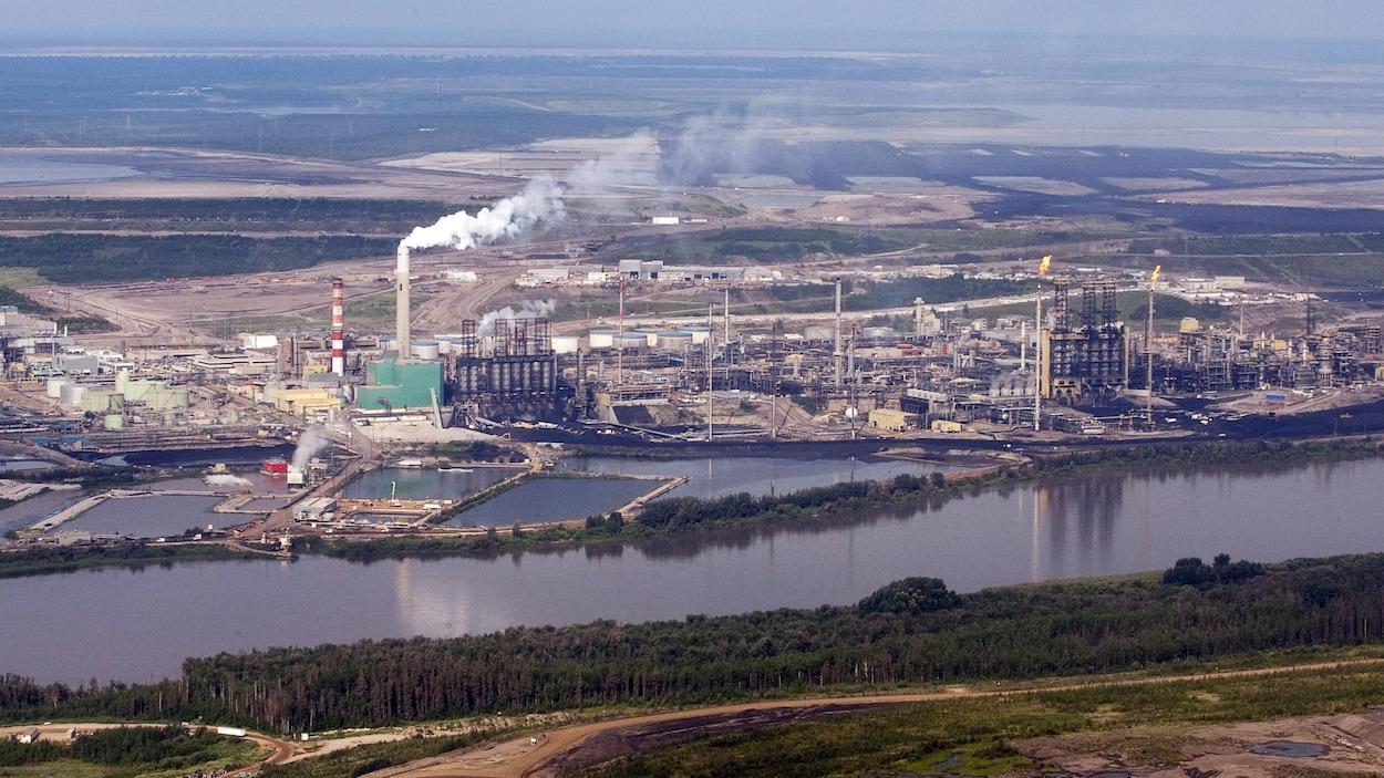 Un site pétrolier près d'une rivière.