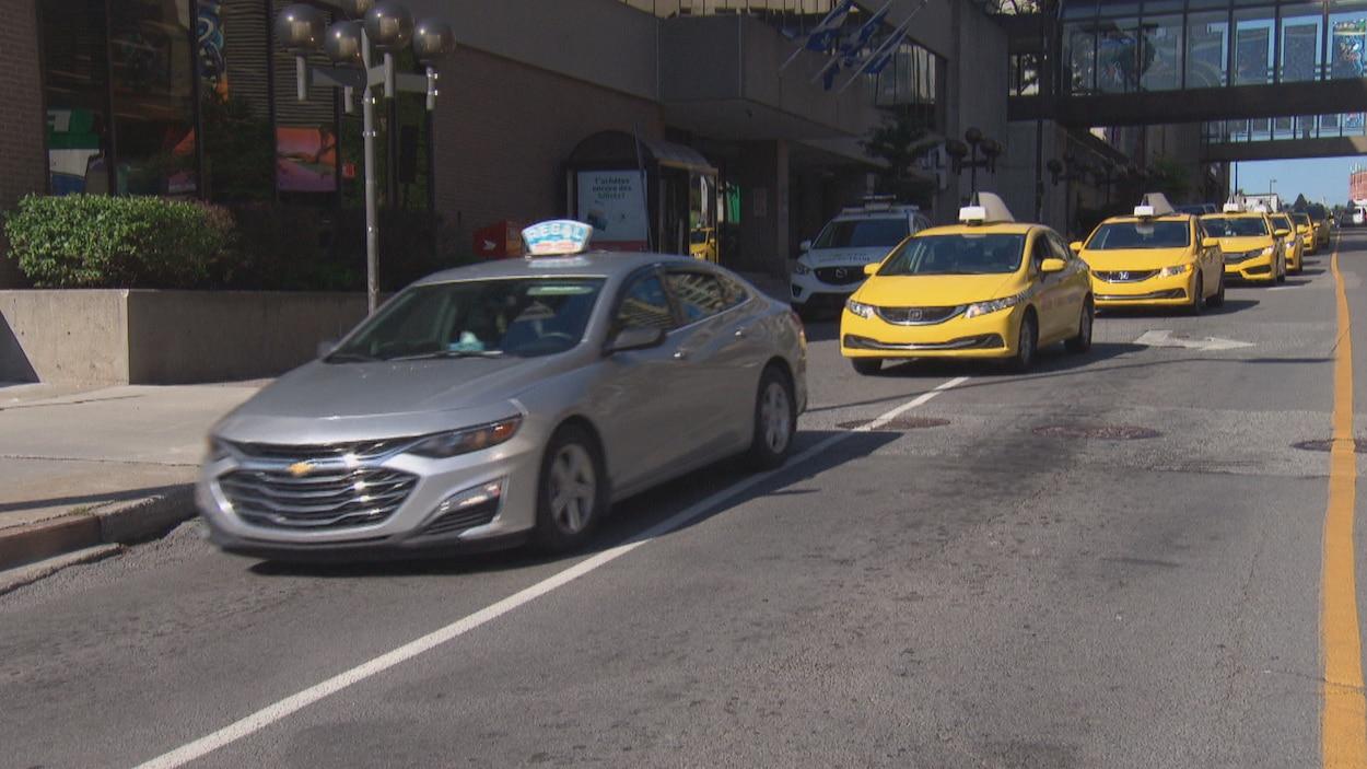 Des taxis se suivent et bloquent la circulation.