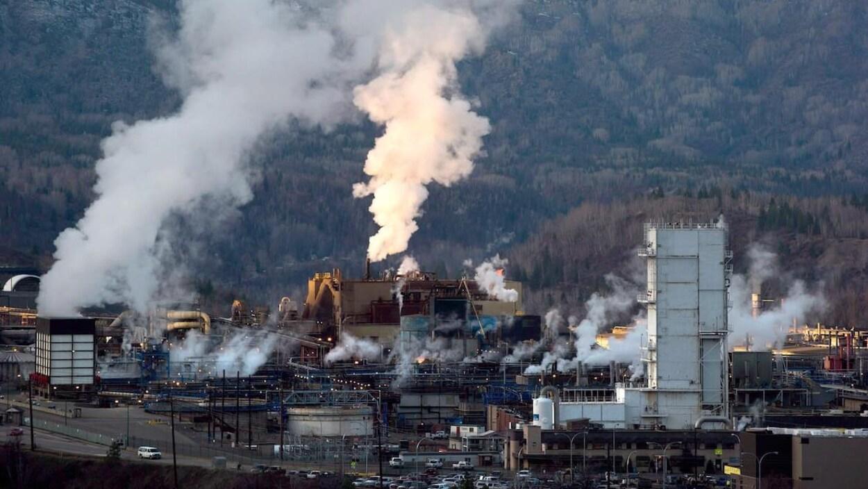 Une fonderie entourée de fumée.