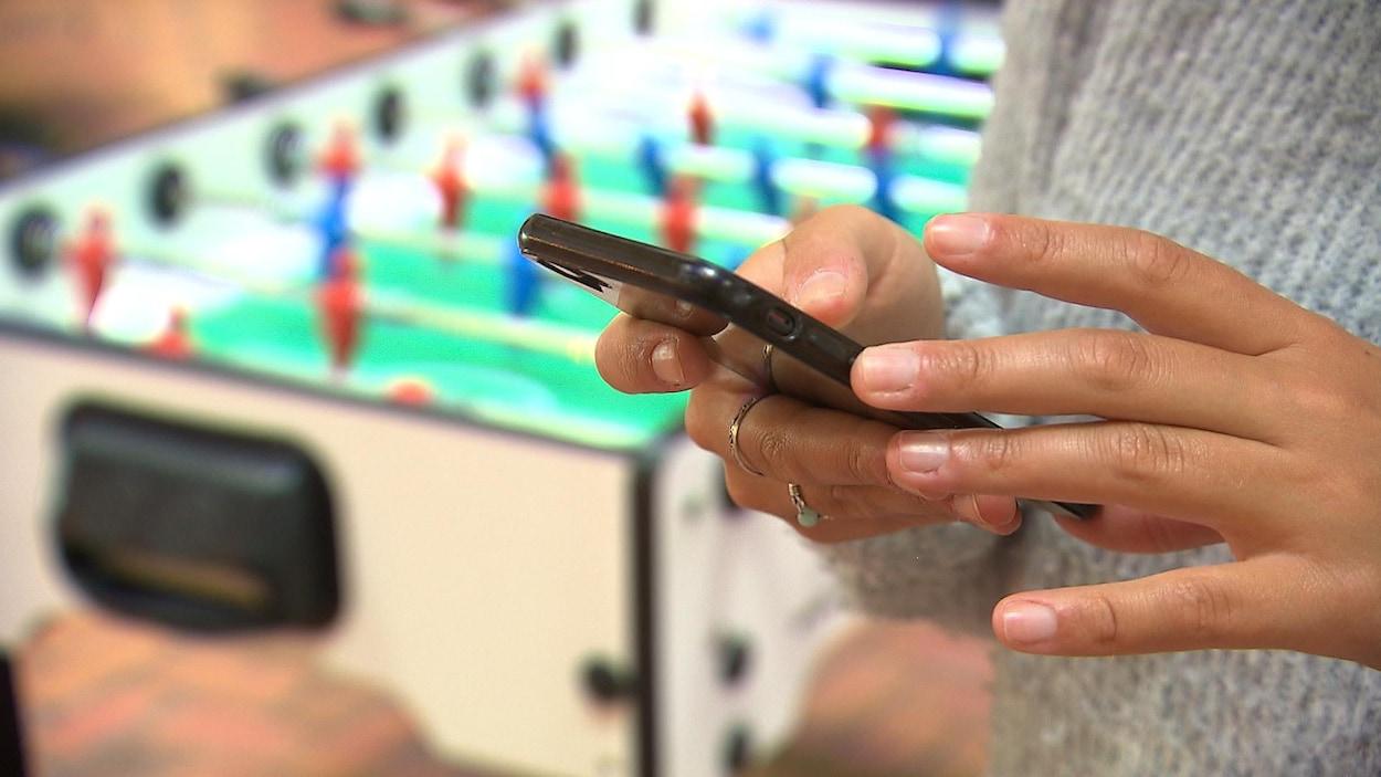 Une personne utilise un téléphone cellulaire