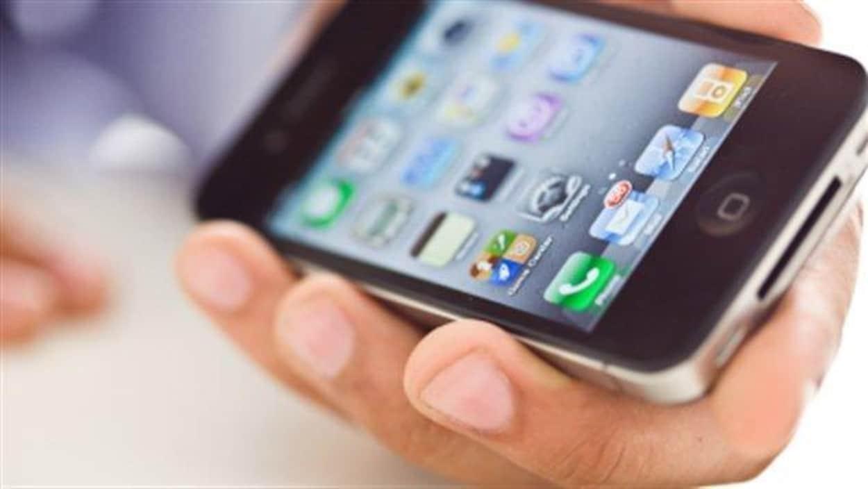Un Iphone dans la main d'un homme
