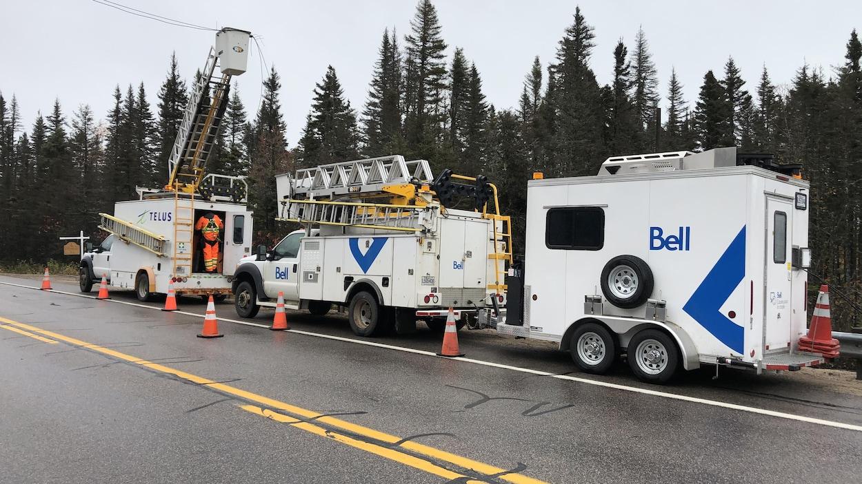 Camions de Bell et Telus à Baie-Trinité