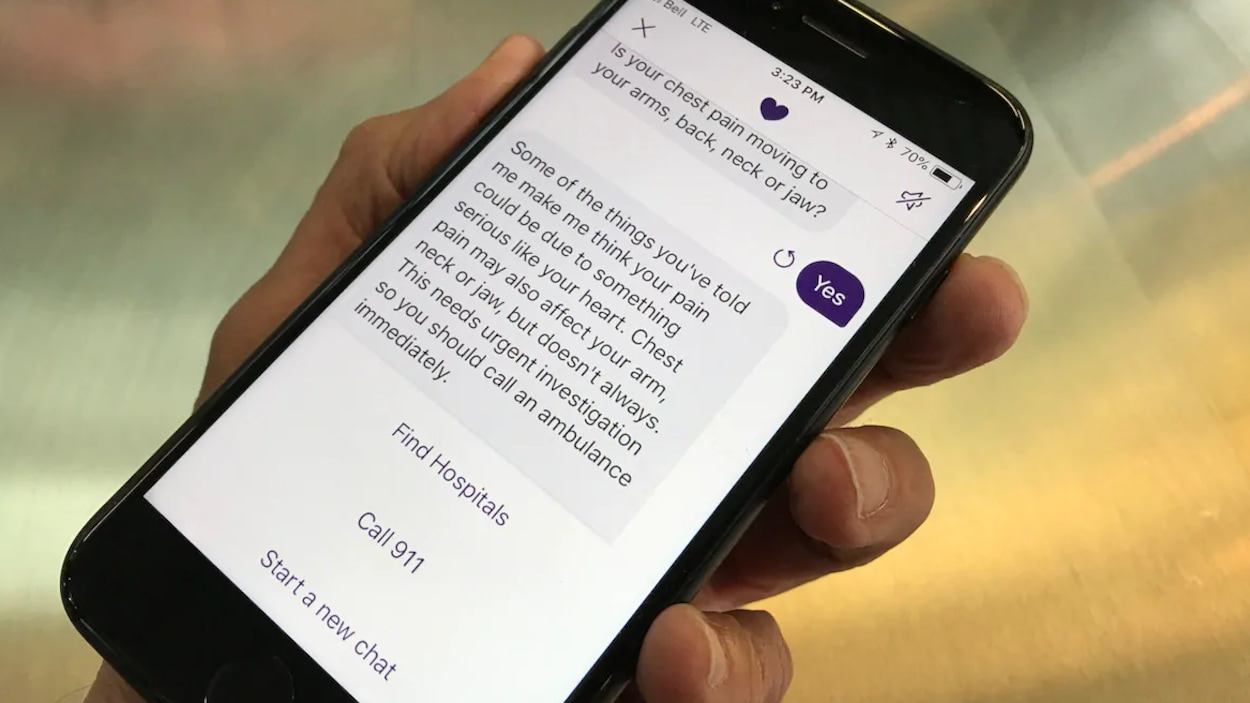 Une main tient un téléphone avec une page de l'application ouverte.
