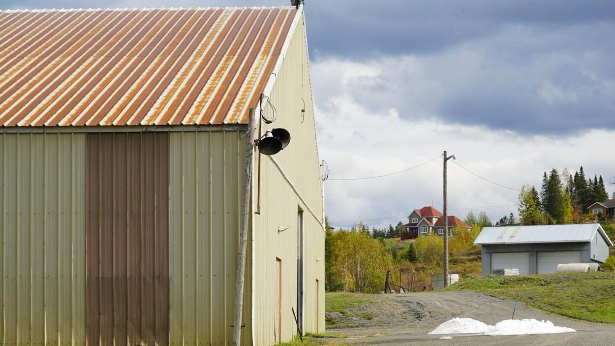 L'extérieur de l'aréna Jacques-Dubé de Témiscouata-sur-le-Lac.