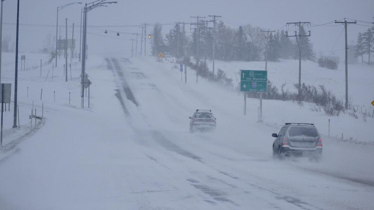 Deux voitures traversent la tempête à Rimouski.