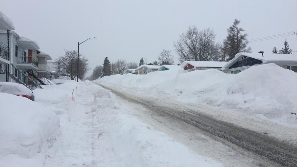 Les bancs de neige sont impressionnants sur l'avenue Saint-Samuel à Beauport.