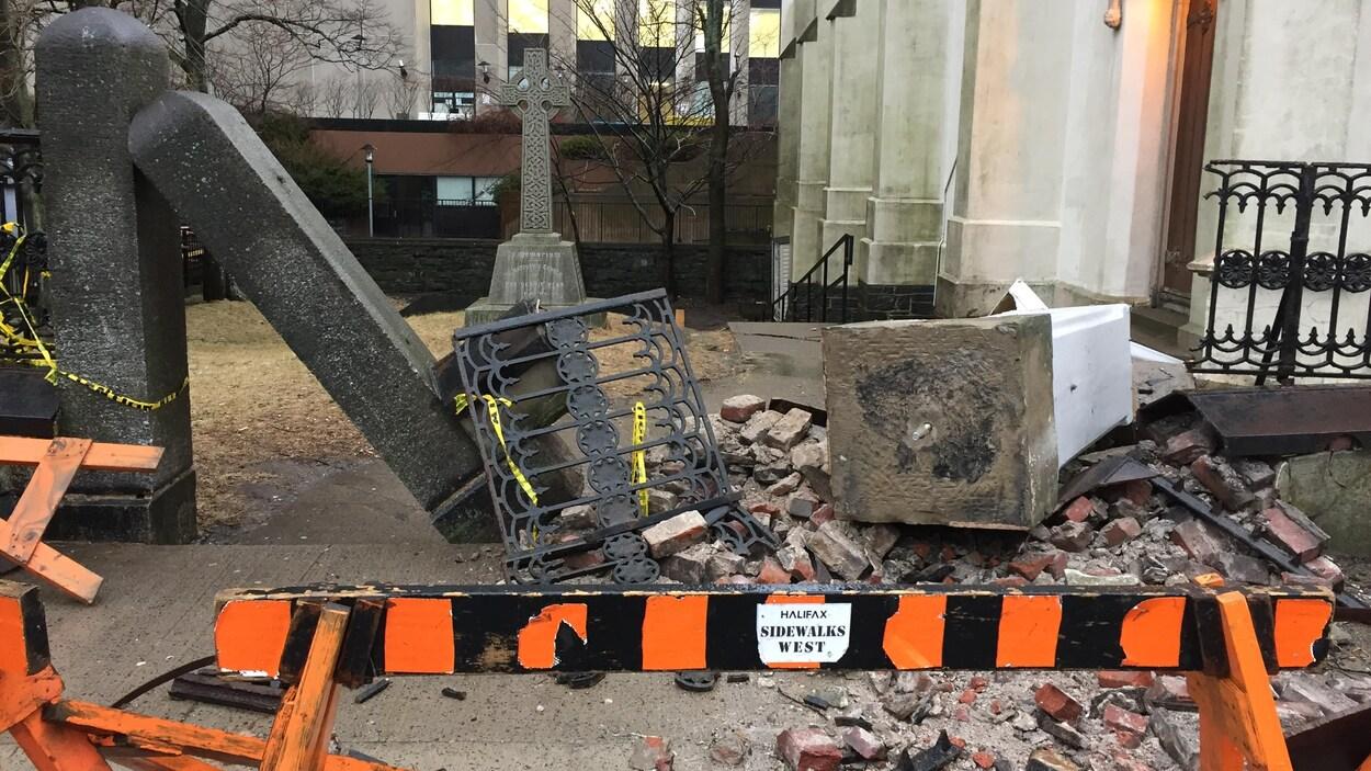 Débris devant l'église St. Matthew's.