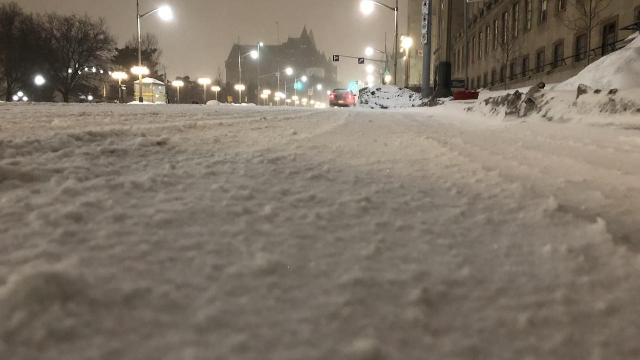 La rue Wellington déserte, mais enneigée.