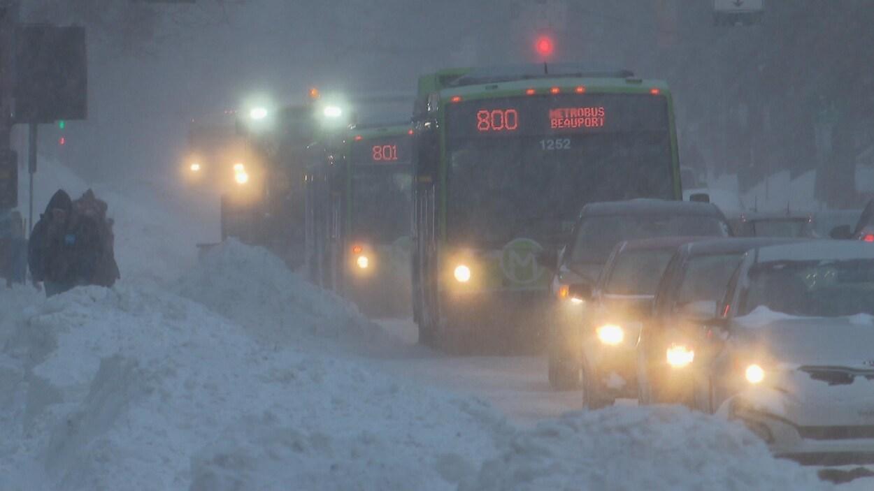 Des véhicules dans la tempête à Québec.