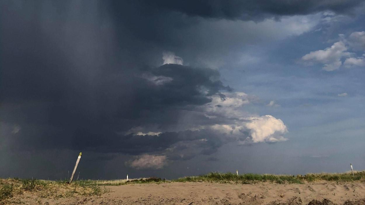 Un ciel, bleu d'un côté, menaçant de l'autre, à la pointe de Moisie.