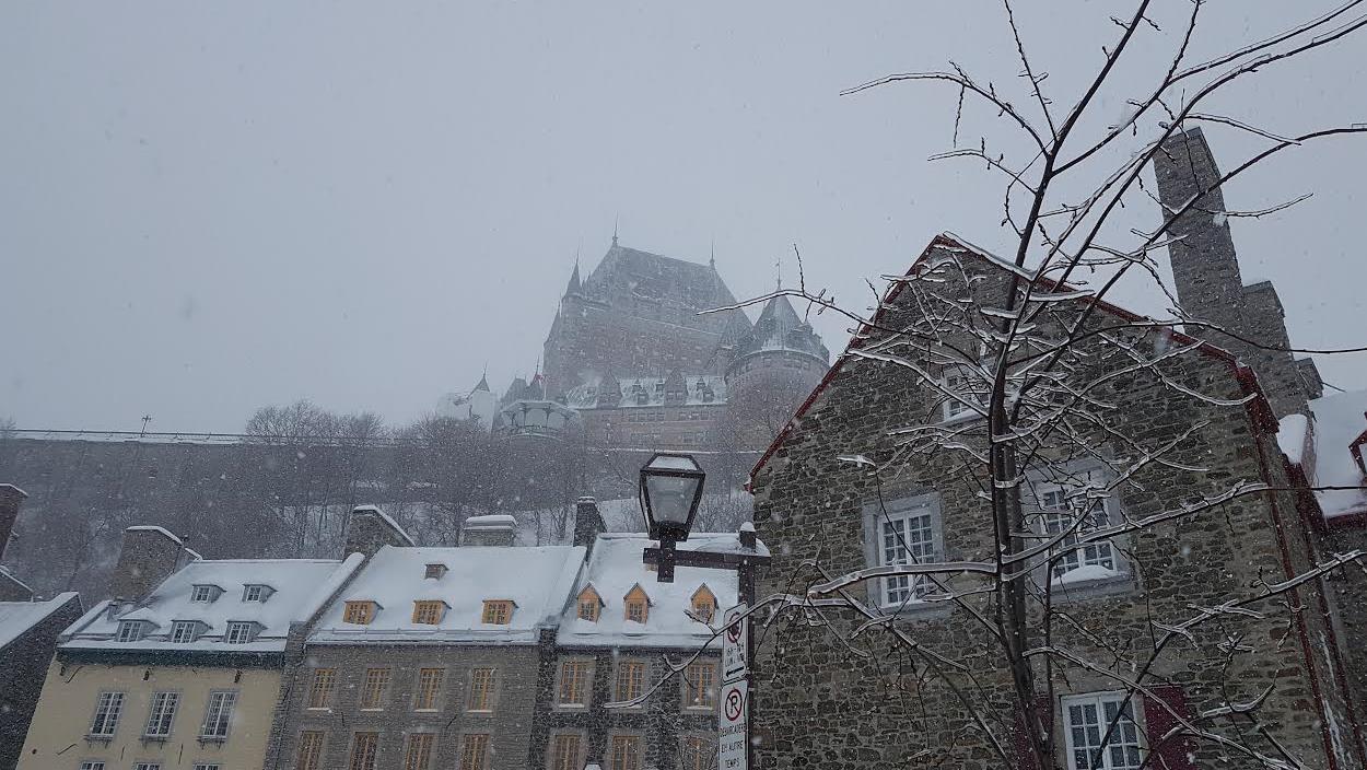 Le Château Frontenac sous les vents et la neige.