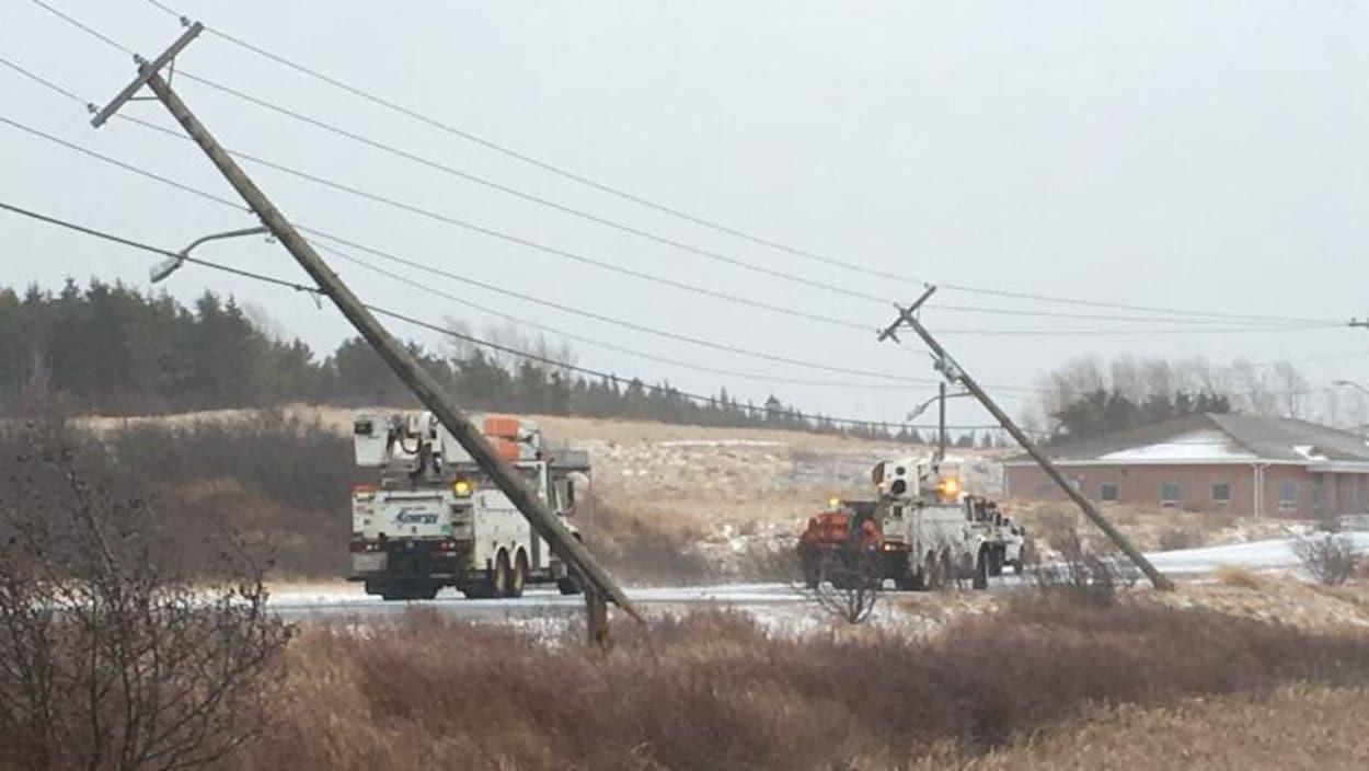 Des poteaux d'électricités sont tombés durant la tempête à Saint-Jean.