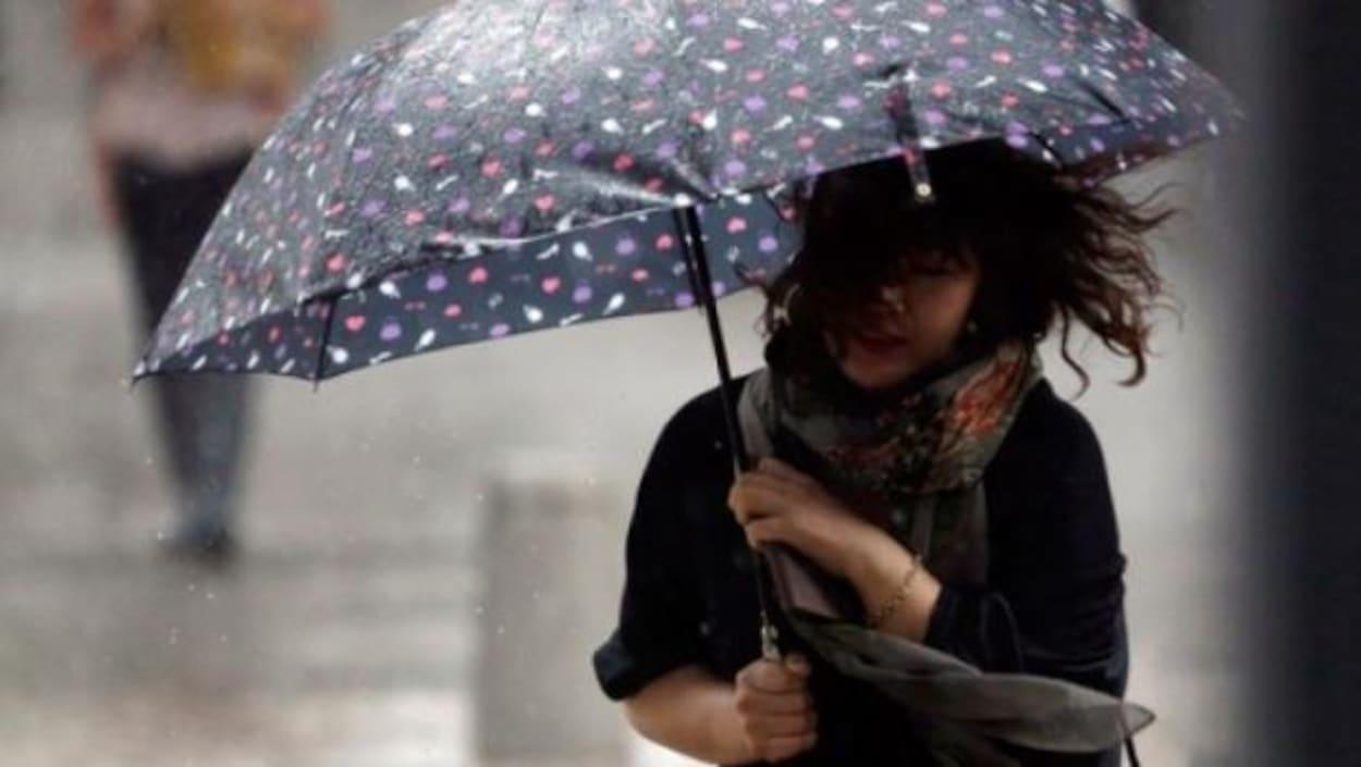 Une jeune fille dans la tempête
