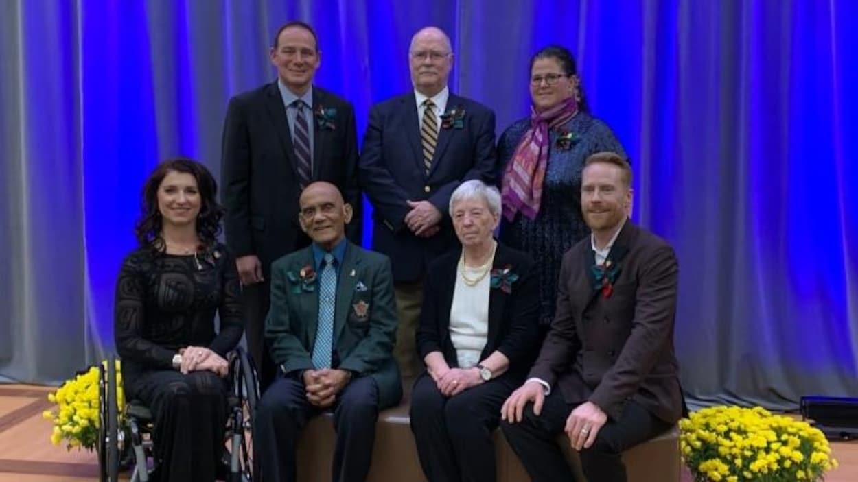 Michelle Stilwell, Jon Montgomery, Charles Baksh, Susanne Dandenault, Don Hornby, Maureen Orchard et Hector Vergara posent en groupe pour une photo officielle.