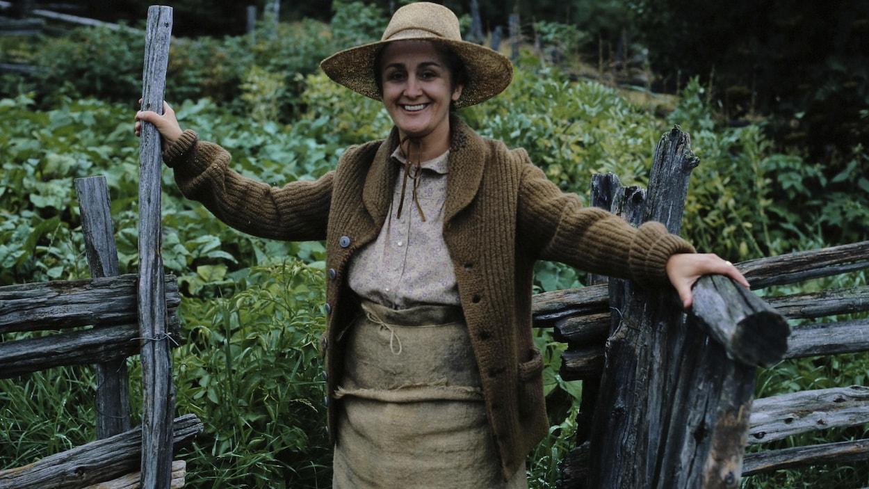 Rose-Anna souriante devant son potager.