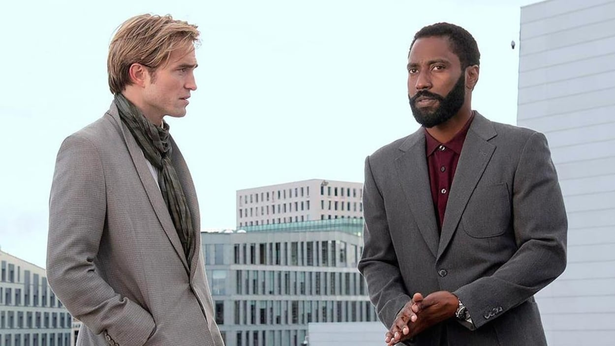 Robert Pattinson et John David Washington sont face-à-face.