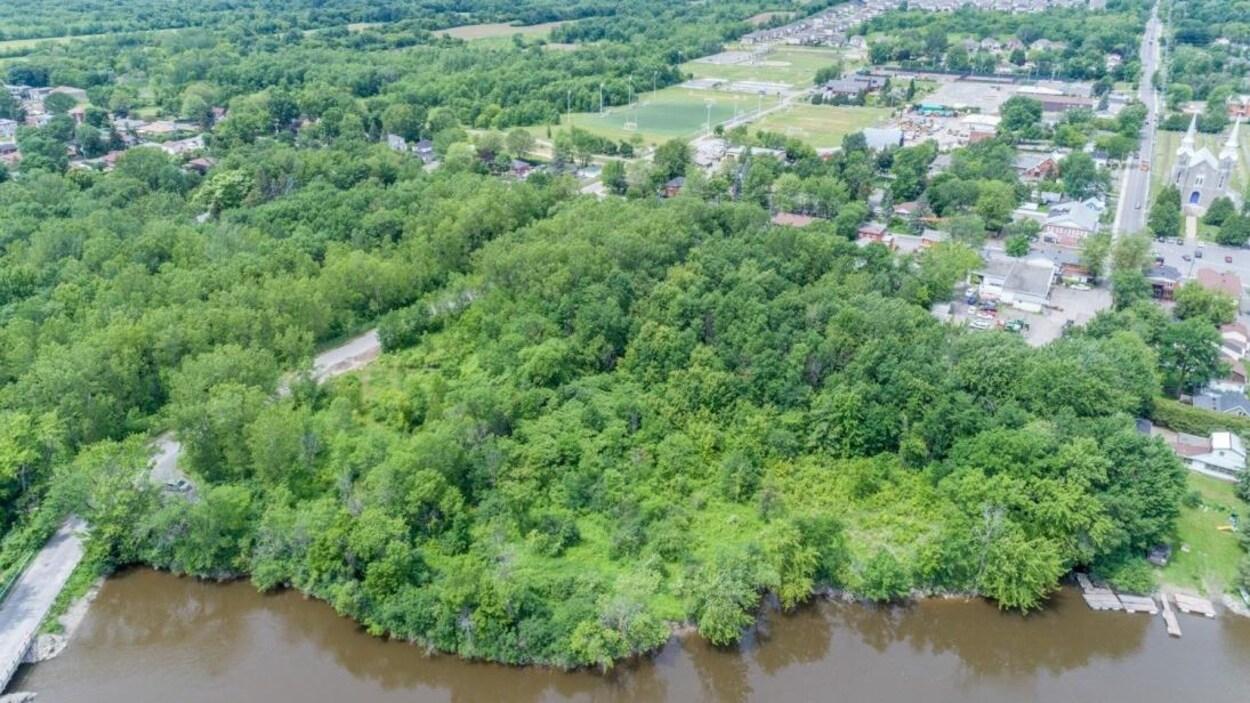 Vue aérienne d'un grand terrain couvert d'arbres.