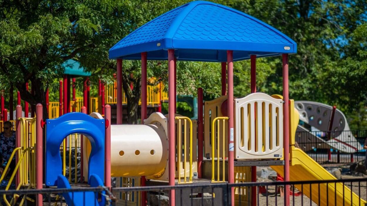 Un terrain de jeu pour enfants en été.