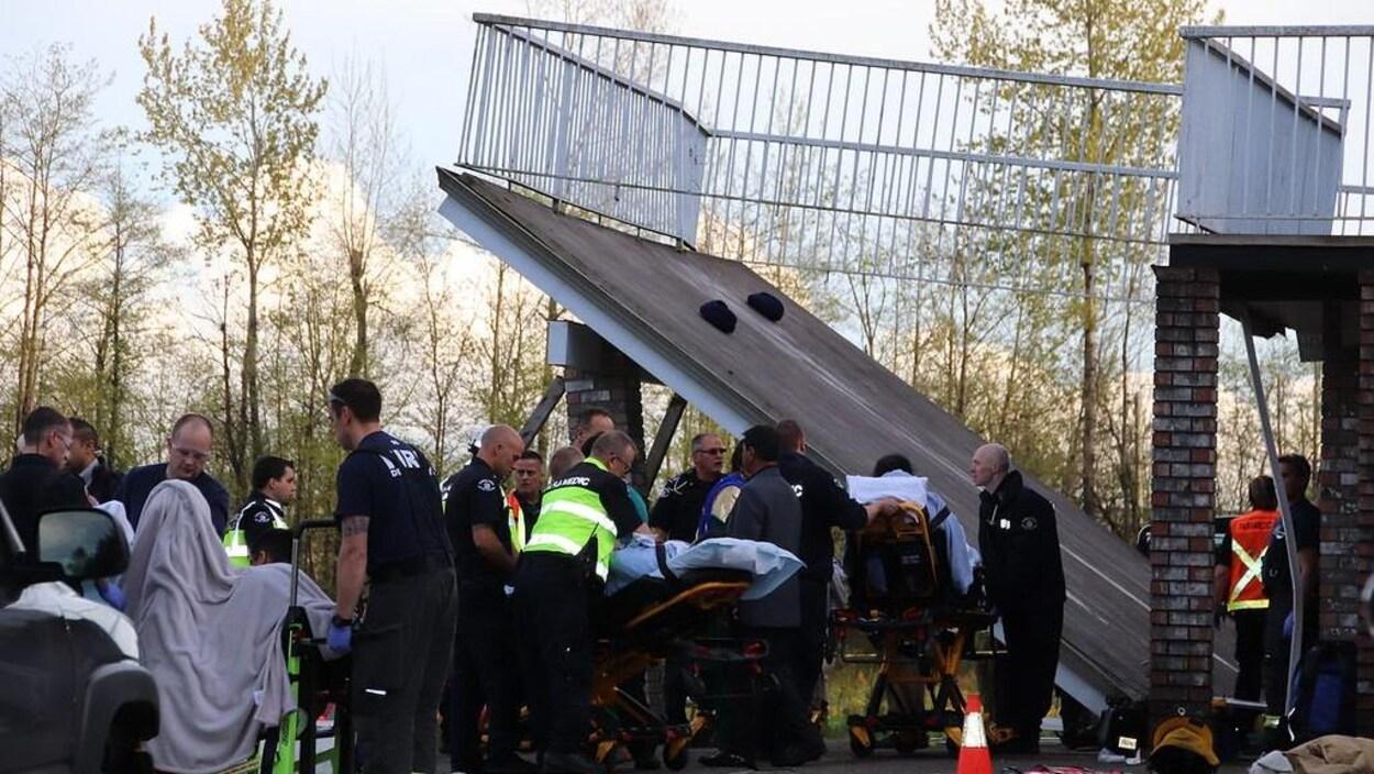 Une quinzaine d'ambulanciers aident des victimes de la terrasse qui s'est effondrée.