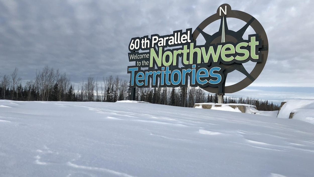 Enseigne des Territoires du Nord-Ouest dans un paysage d'hiver.