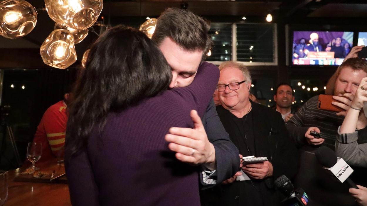 Le candidat sortant Terry Beech, réélu dans Burnaby North-Seymour, fait une accolade à une femme lors d'un rassemblement partisan.