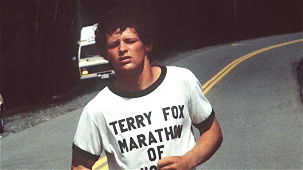 Terry Fox fatigué lors d'une course dans la rue. Image prise dans les années 1980.