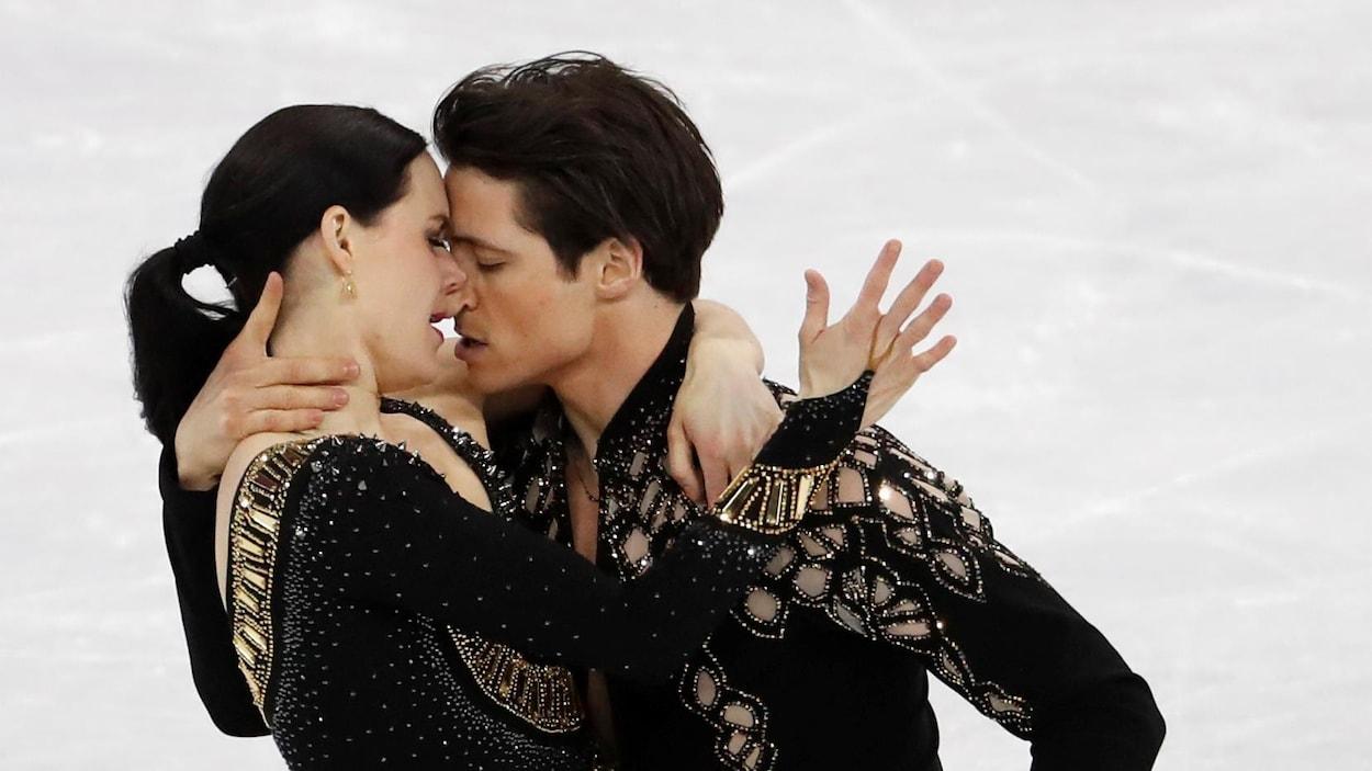 Tessa Virtue et Scott Moir patinent ensemble le 11 février 2018.