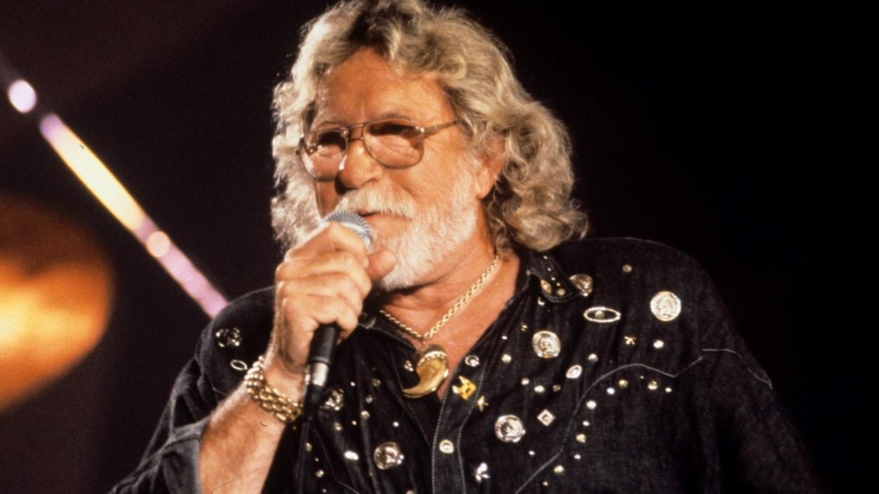 L'artiste Tex Lecor en train de chanter