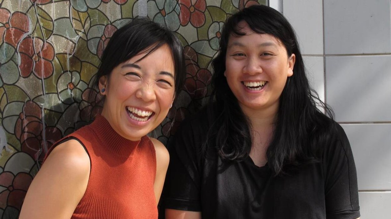 Deux femmes asiatiques souriantes.