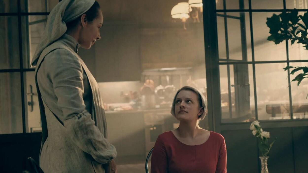 Les actrices Amanda Brugel et Elisabeth Moss dans la série  La servante écarlate