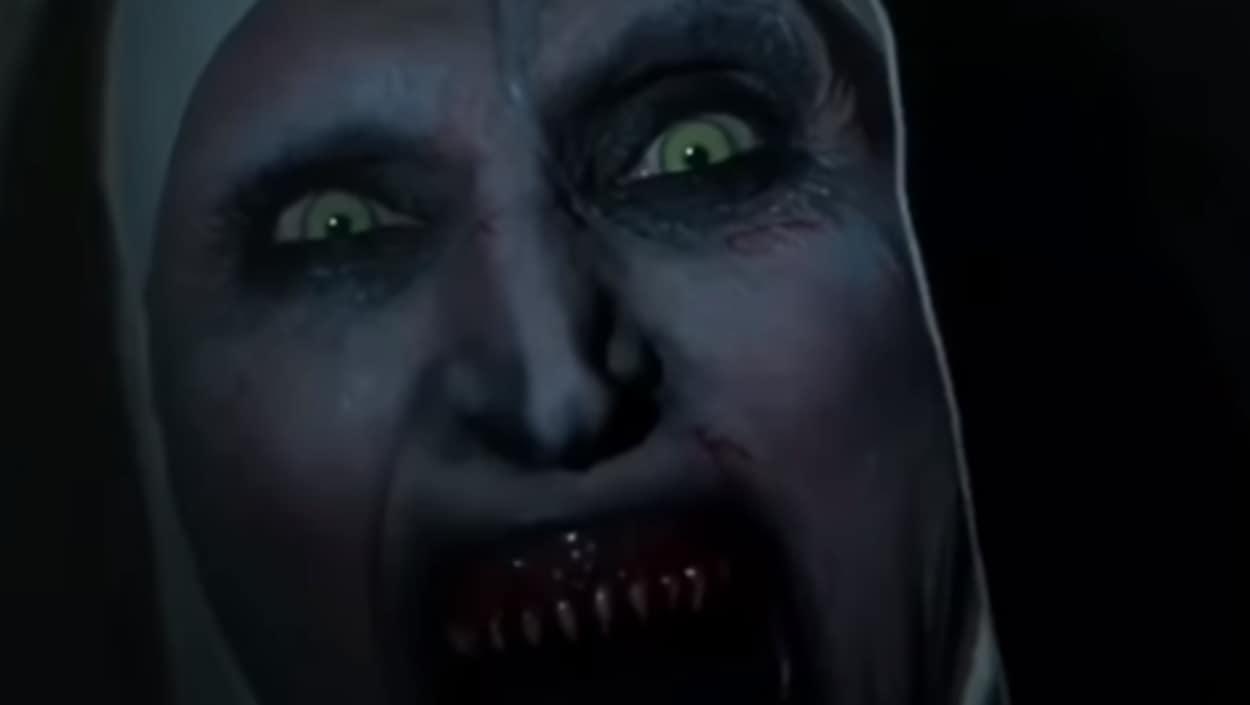 Une religieuse à la bouche en sang hurle.