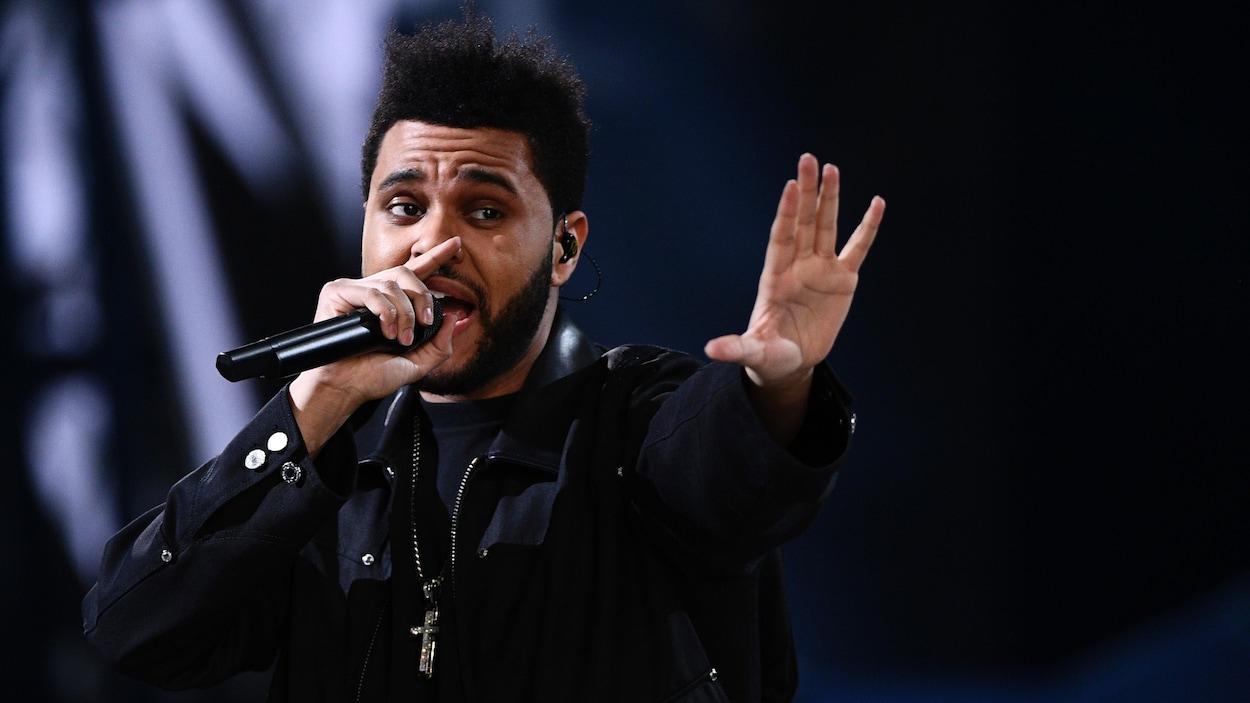 Le chanteur canadien The Weeknd sur scène.