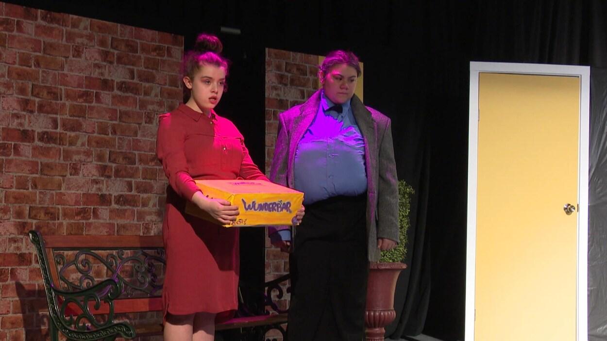 Deux élèves sur scène.