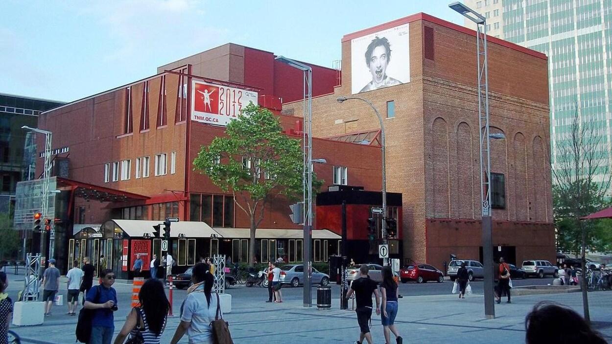Le Théâtre du Nouveau Monde, dans la rue Sainte-Catherine, et des passants.