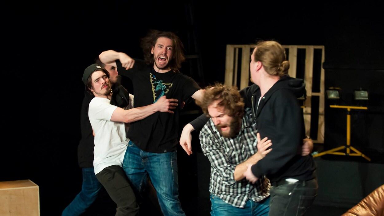 Bousculade entre cinq hommes dans une scène de la pièce Foreman