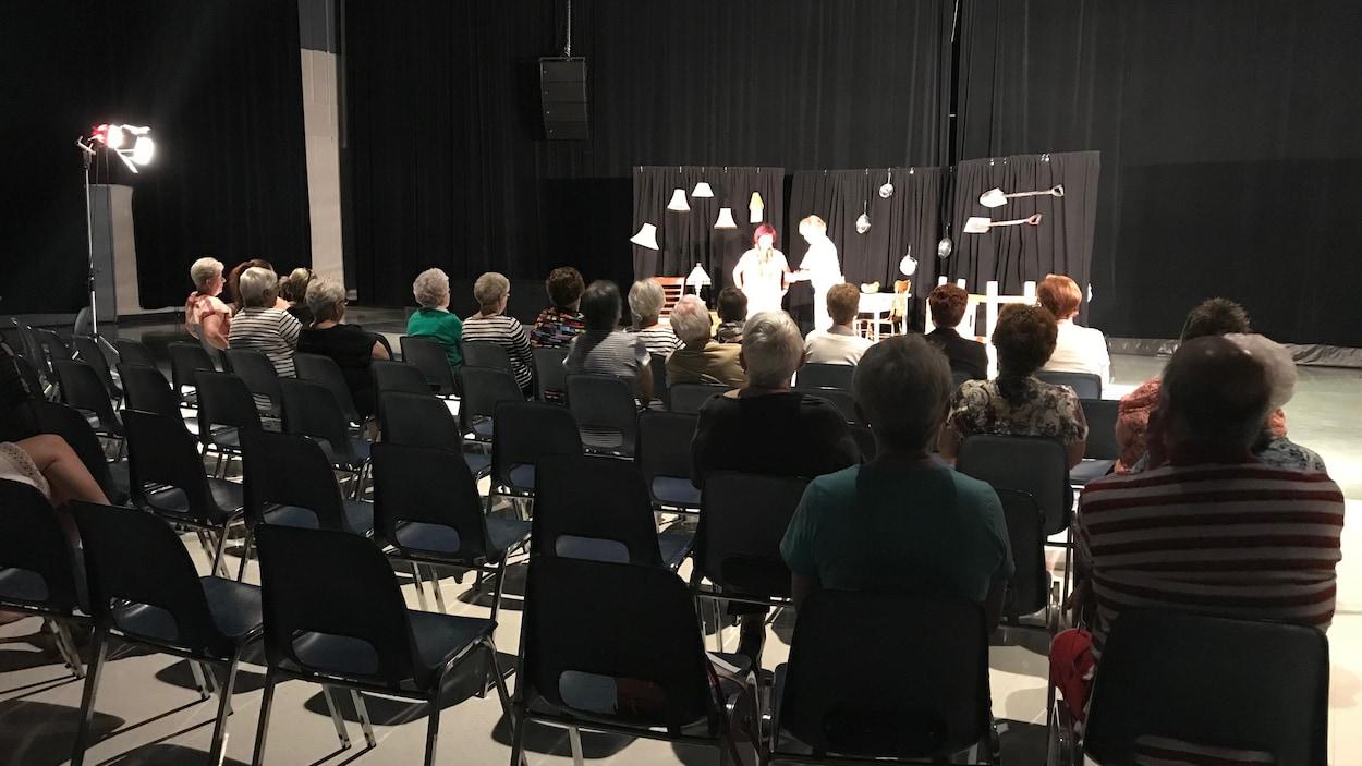 Une pièce de théâtre pour sensibiliser la population à la maltraitance des aînés était organisée.
