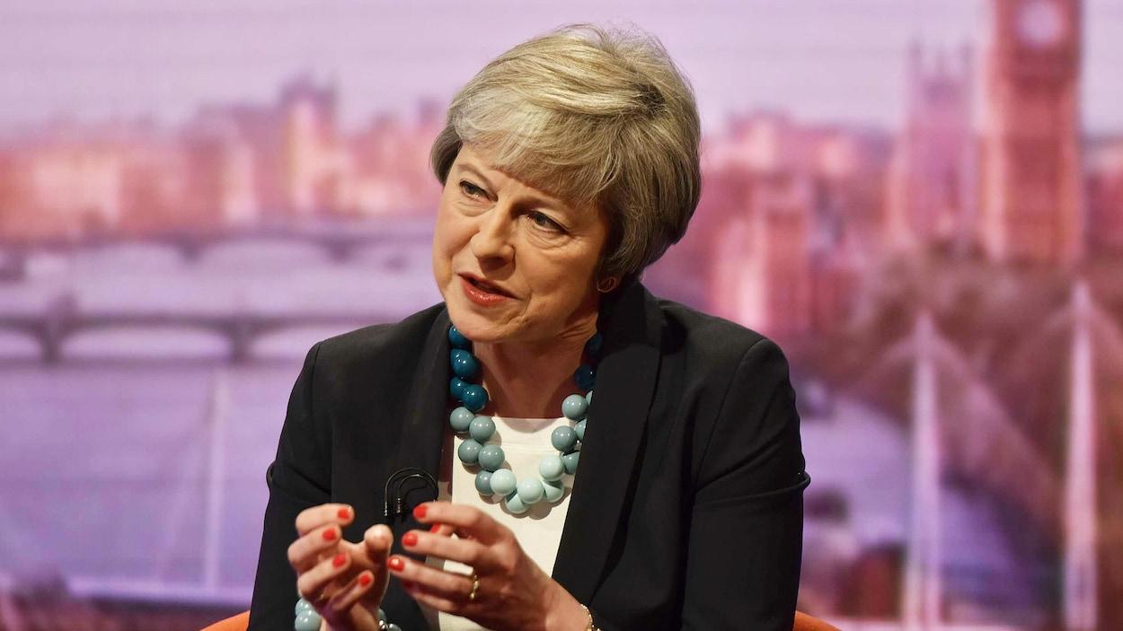 Theresa May sur un plateau de télévision.