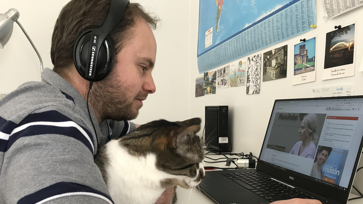 Thibault Jourdan et son chat devant un ordinateur.