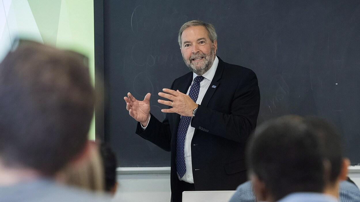 M. Mulcair en classe, devant des étudiants.