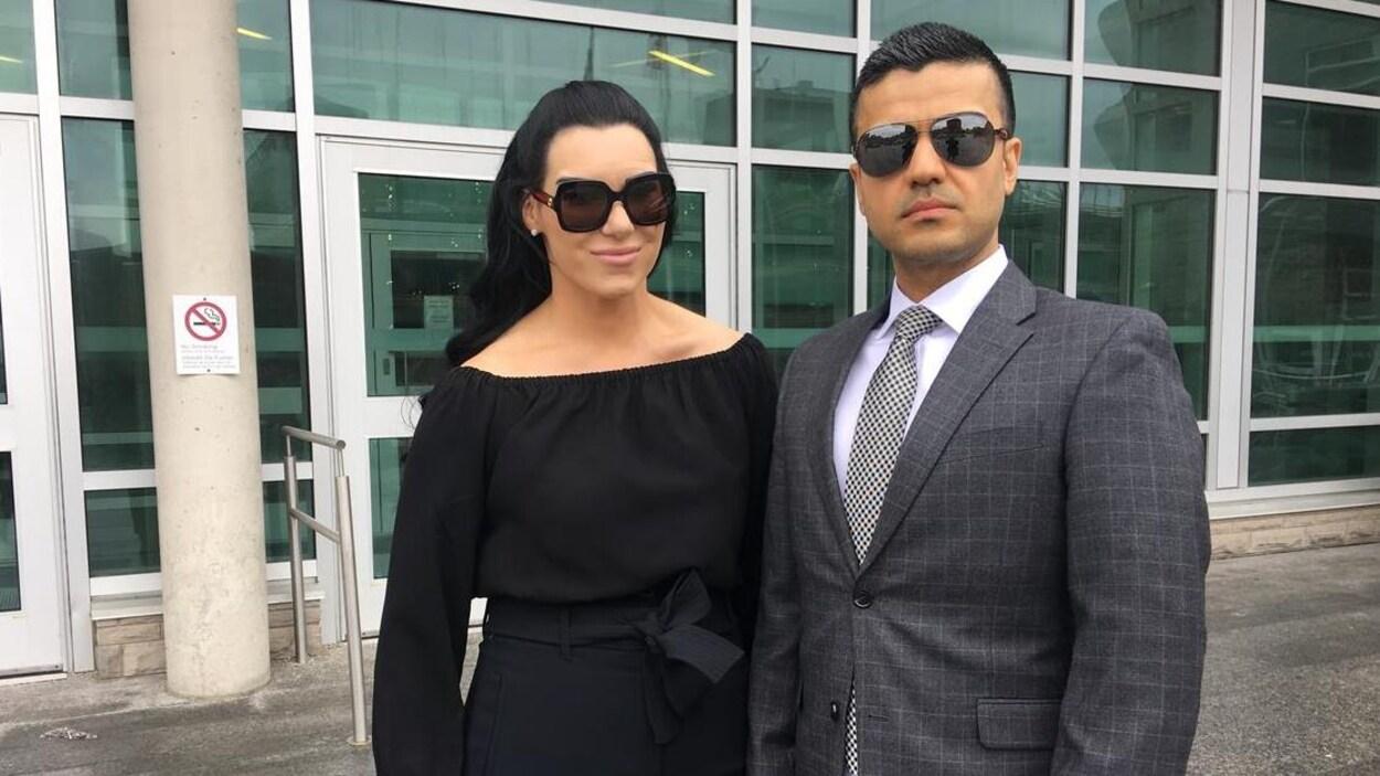 Une femme et un homme portant des lunettes fumées.