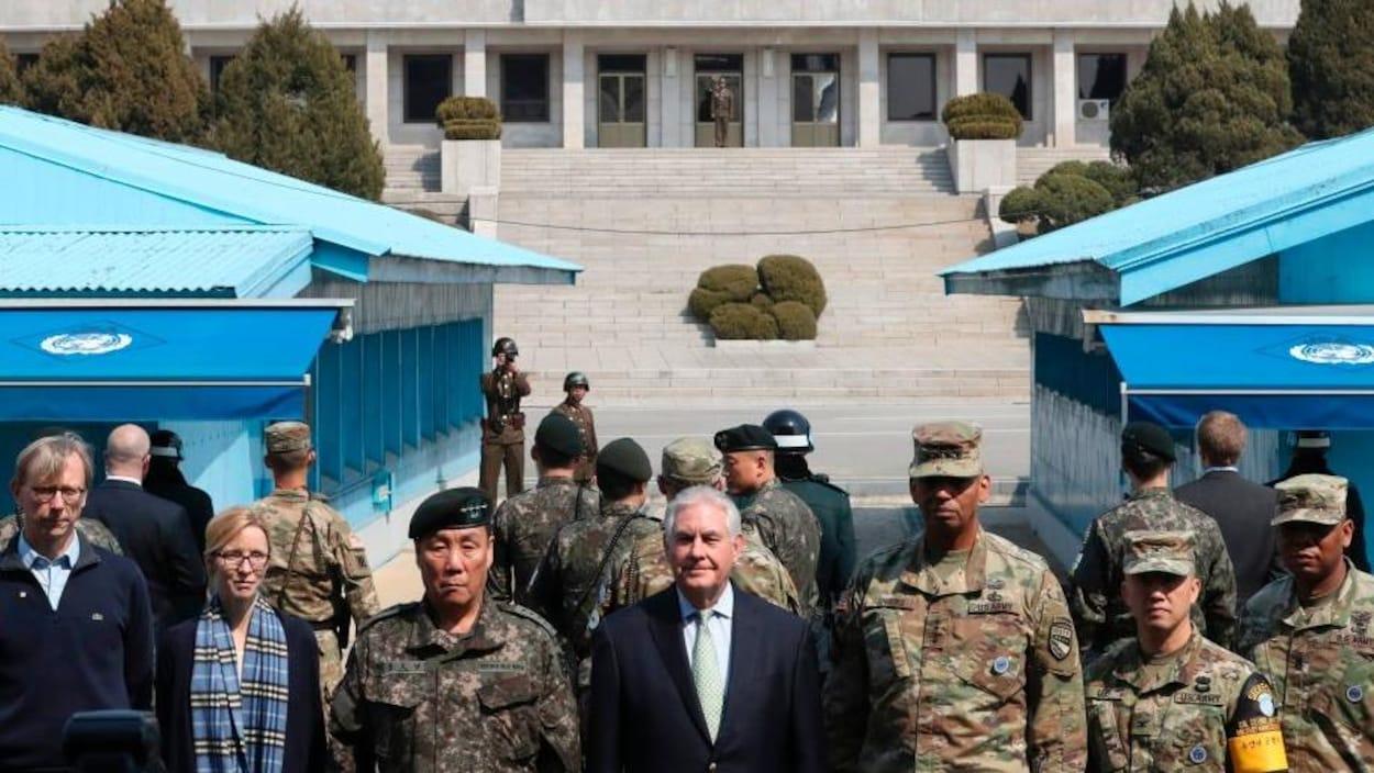 Rex Tillerson s'est rendu dans la zone démilitarisée qui sépare les deux Corées,où il s'est fait photographier en compagnie de militaires américains et sud-coréens. Derrière le groupe, on peut voir des soldats nord-coréens, dont l'un qui prend aussi une photo.