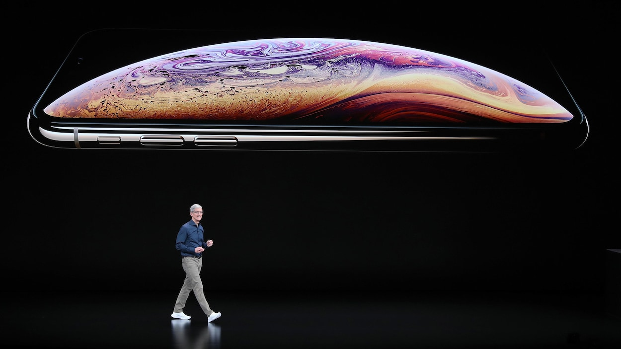 Le PDG d'Apple Tim Cook présente l'iPhone XS en 2018.