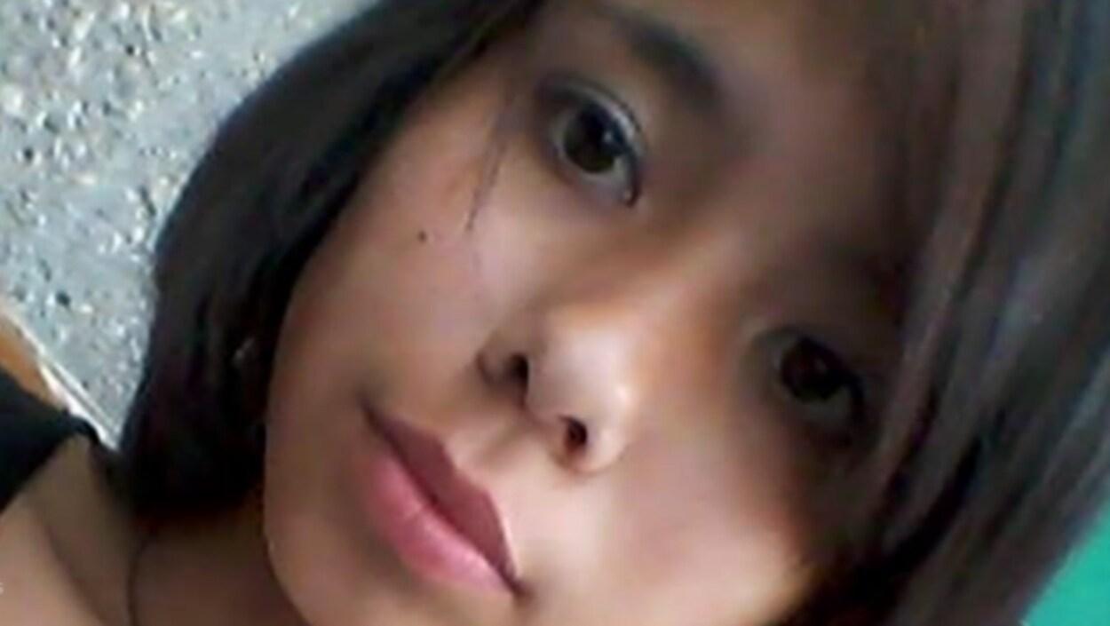 Le visage, en gros plan, d'une adolescente.