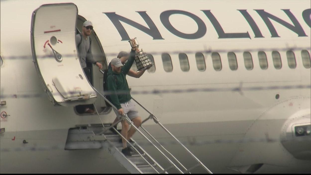 Les joueurs du Titan d'Acadie-Bathurst descendent de l'avion.
