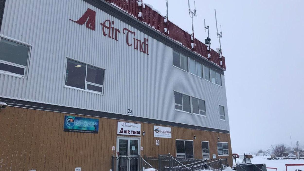 Édifice, en hiver, avec plusieurs antennes sur le toit.