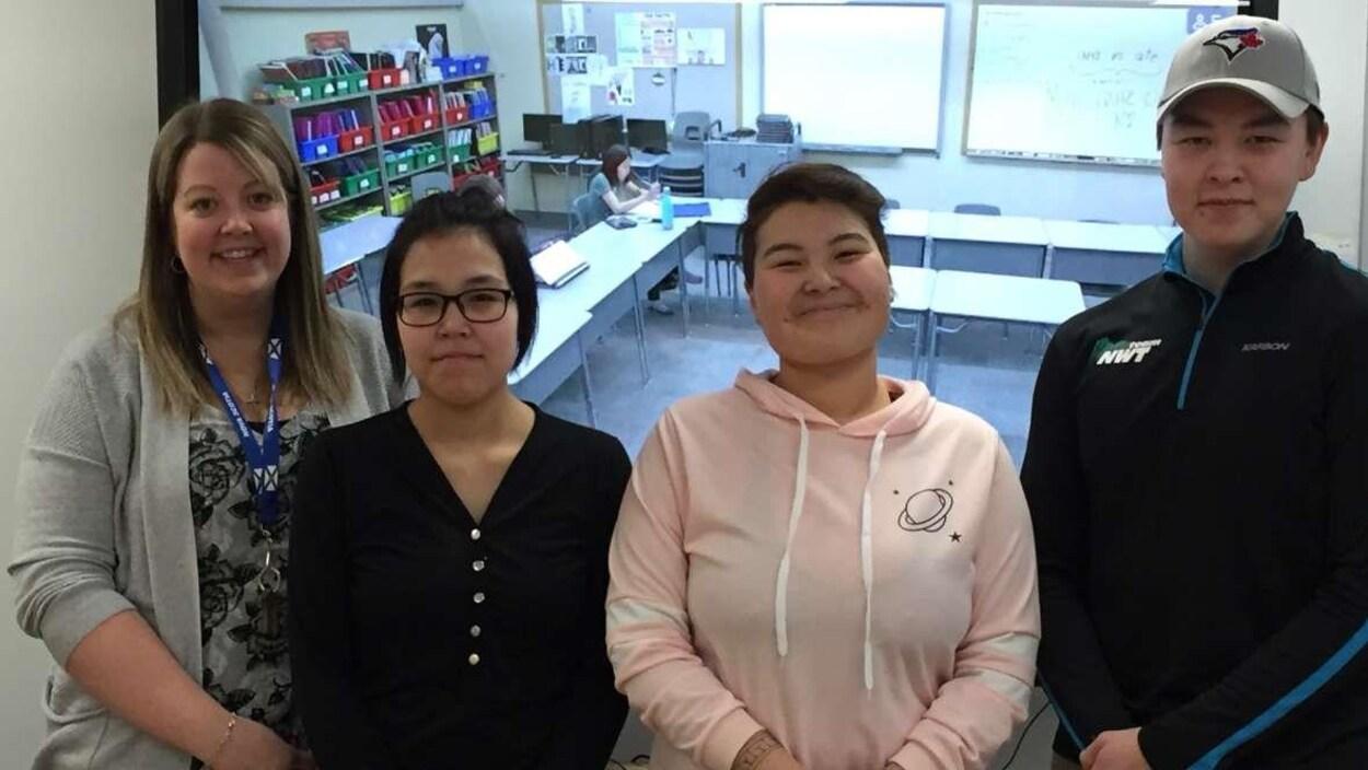 Les trois élèves et leur accompagnatrice devant un écran
