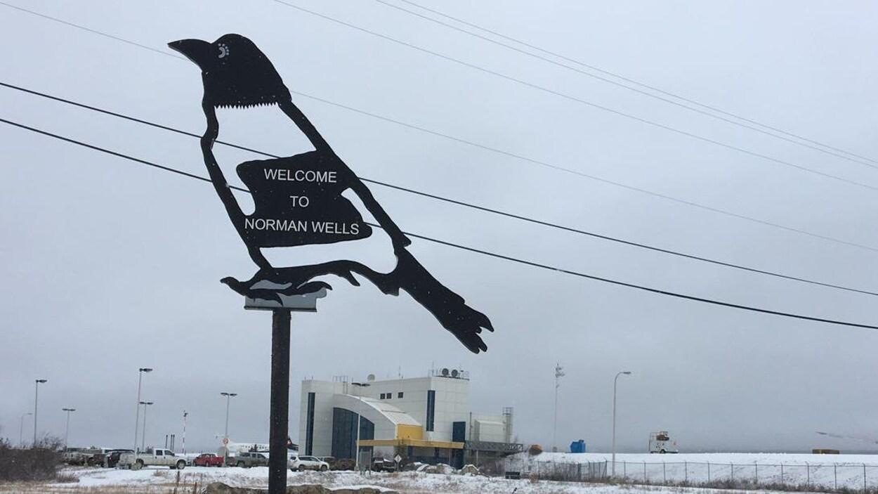 Une enseigne en forme de corbeau accueille les visiteurs.