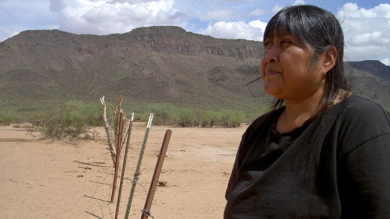 En 2006, une membre de la tribu Tohono O'Odham se tient devant une clôture qui sépare le Mexique et les États-Unis.