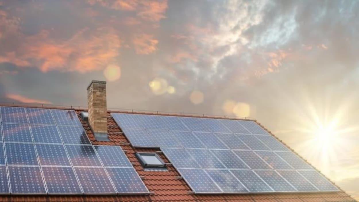 Vue de panneaux solaires sur le toit d'une maison.