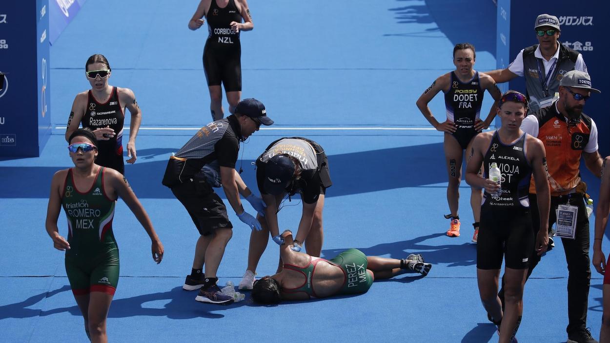 La Mexicaine s'effondre après avoir participé à une épreuve test de triathlon, à Tokyo, le jeudi 15 août 2019.
